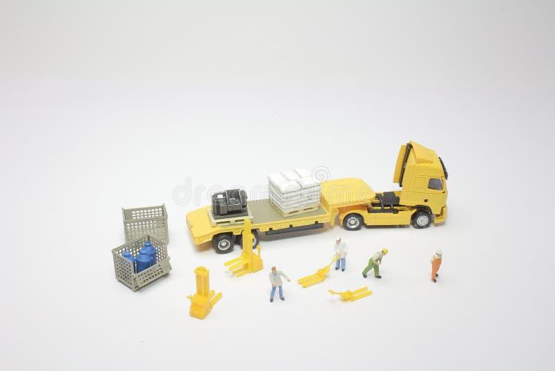 um mini do trabalhador com um caminhão foto de stock royalty free