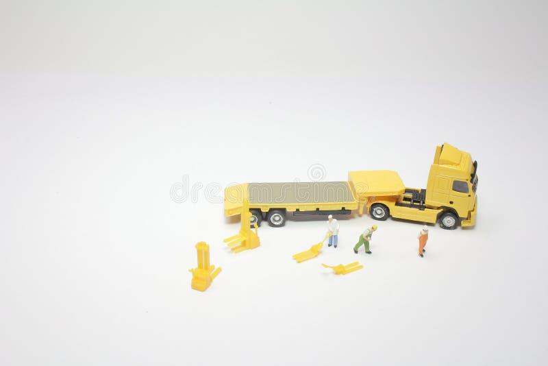 um mini do trabalhador com um caminhão imagens de stock royalty free
