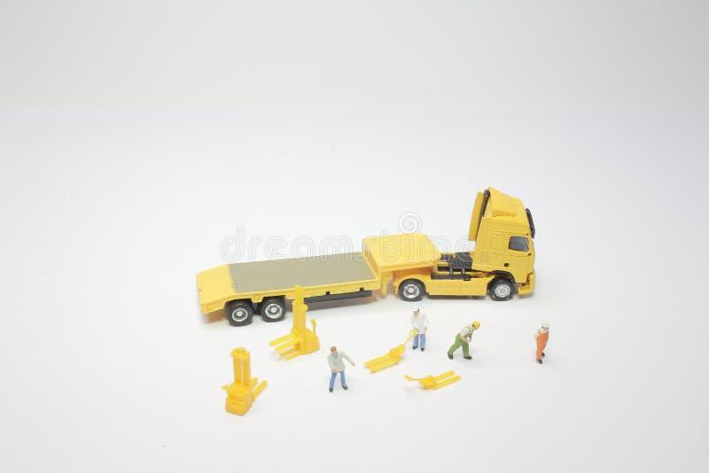 um mini do trabalhador com um caminhão fotografia de stock