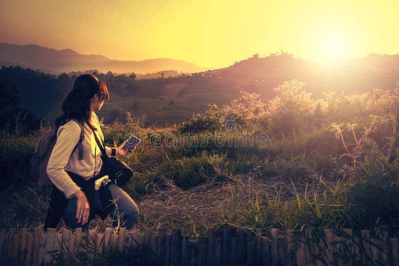 Um mochileiro da mulher que olha ao sol foto de stock
