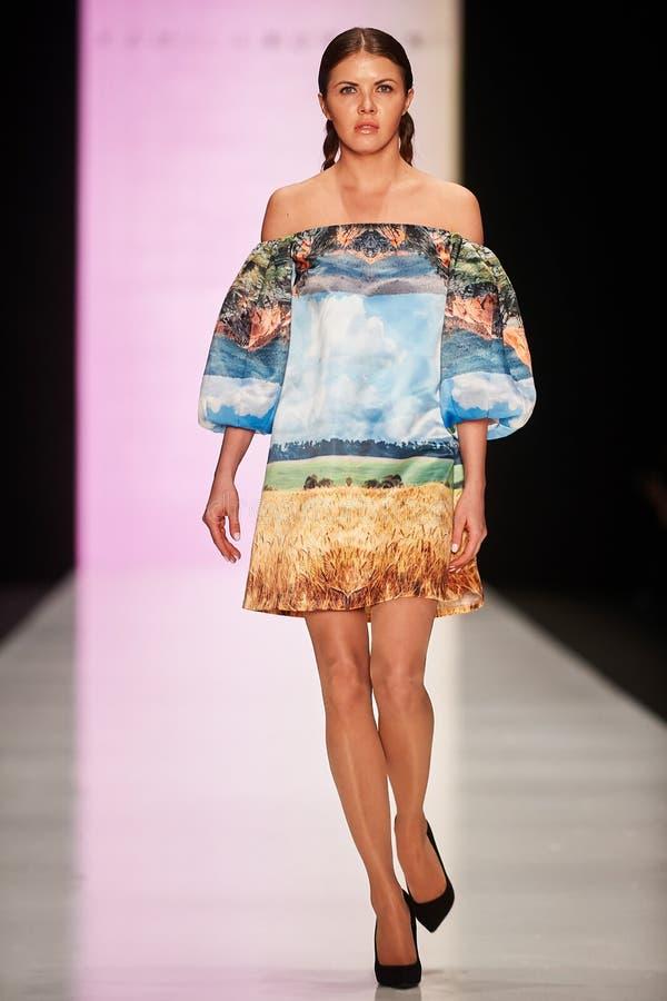 Um modelo anda na passarela de Kamila Kurbani imagem de stock