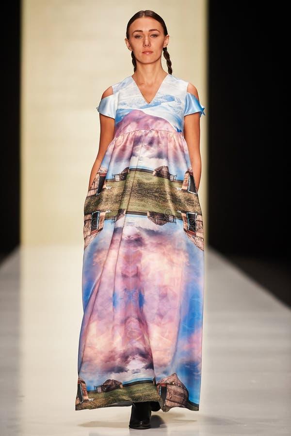 Um modelo anda na passarela de Kamila Kurbani imagens de stock royalty free