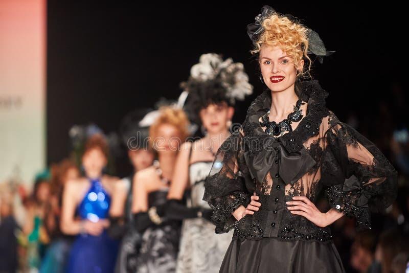 Um modelo anda na passarela de SLAVA ZAITSEV fotos de stock royalty free