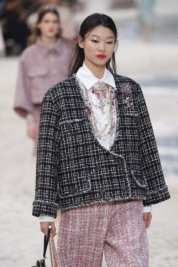 Um modelo anda a pista de decolagem durante a mostra de Chanel como parte da mola de Womenswear da semana de moda de Paris/verão foto de stock royalty free