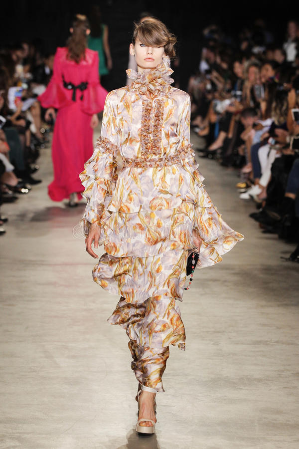 Um modelo anda a pista de decolagem durante a mostra de Andrew GN como parte da semana de moda de Paris imagens de stock