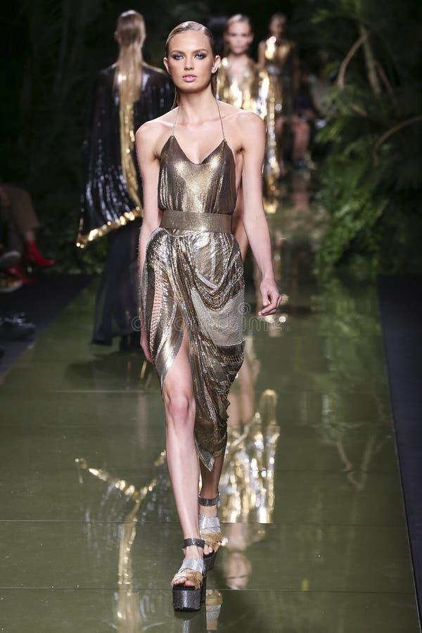 Um modelo anda a pista de decolagem durante a mostra de Balmain como parte da semana de moda de Paris foto de stock