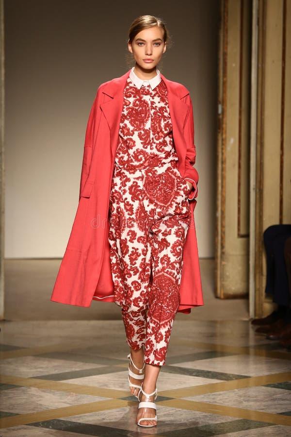 Um modelo anda pista de decolagem durante a mostra de Chicca Lualdi como uma parte de Milan Fashion Week imagens de stock royalty free