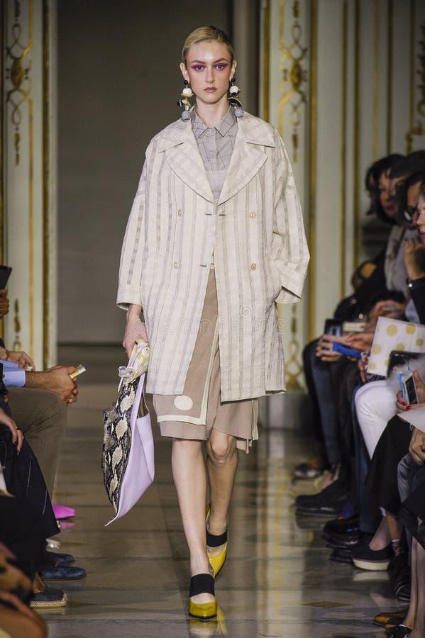 Um modelo anda a pista de decolagem durante o desfile de moda de Cividini imagem de stock royalty free