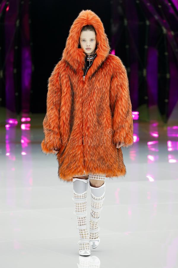 Um modelo anda a pista de decolagem na mostra de Byblos em Milan Fashion Week Autumn /Winter 2019/20 imagem de stock