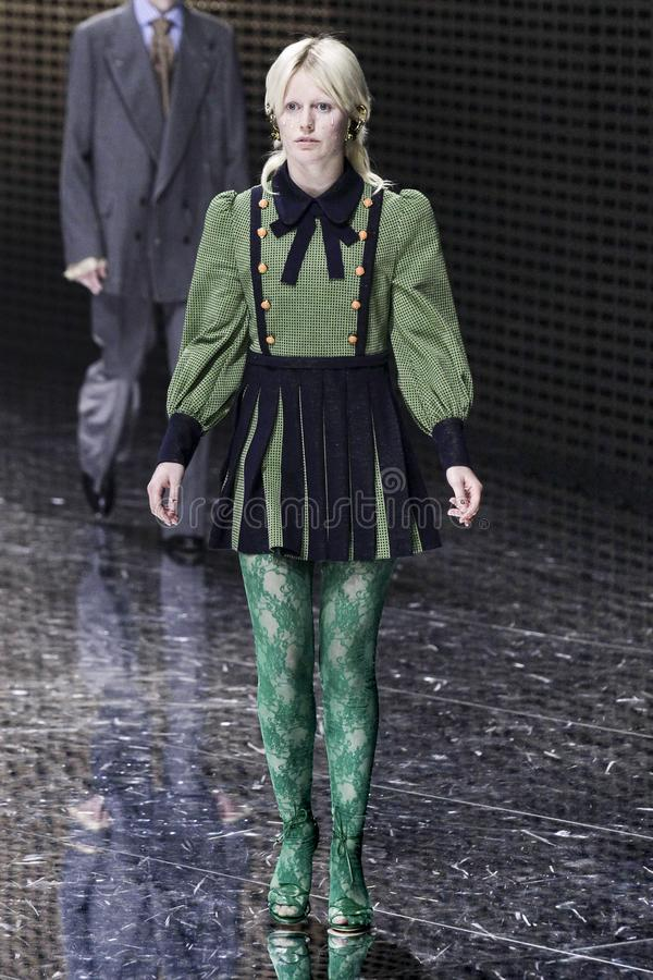Um modelo anda a pista de decolagem na mostra de Gucci em Milan Fashion Week Autumn /Winter 2019/20 imagens de stock royalty free