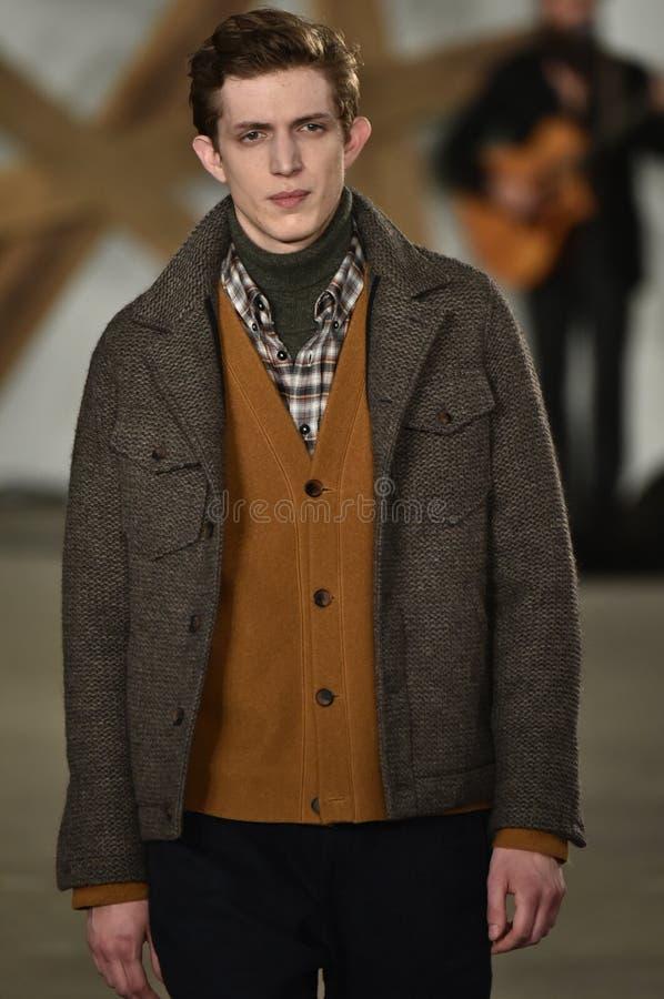 Um modelo anda a pista de decolagem no desfile de moda de Billy Reid durante a queda dos homens da semana de moda de New York/inv foto de stock royalty free