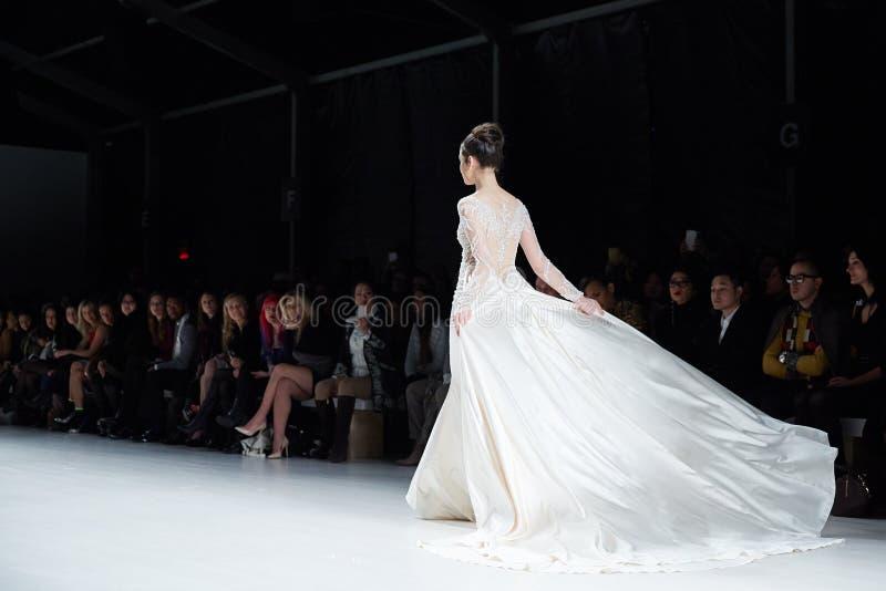 Um modelo anda pista de decolagem no vestido de Dany Tabet no desfile de moda da vida de New York durante a queda 2015 de MBFW fotografia de stock royalty free