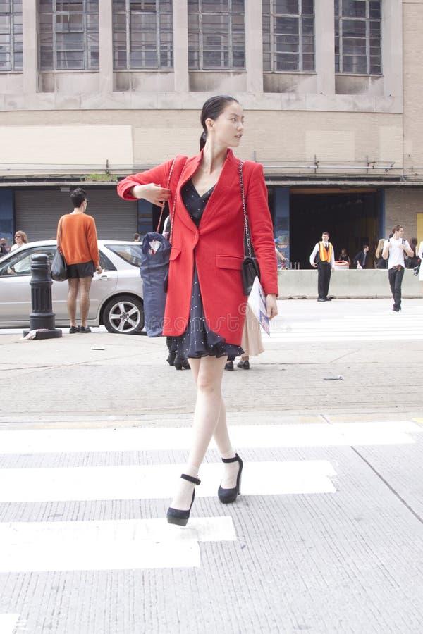 Um modelo de forma que cruza a rua durante a semana de moda de New York fotos de stock