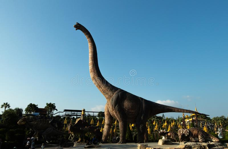 Um modelo do Brachiosaurus com o céu azul no vale do dinossauro, foto de stock royalty free