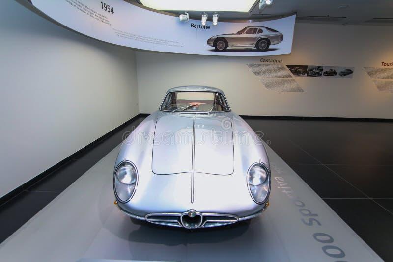 Um modelo 2000 magnífico de Alfa Romeo Sportiva na exposição no museu histórico Alfa Romeo fotos de stock