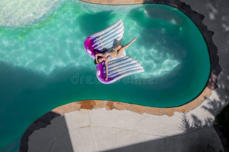 Um modelo moreno bonito Enjoys Her Holiday do roupa de banho na associação fotografia de stock royalty free