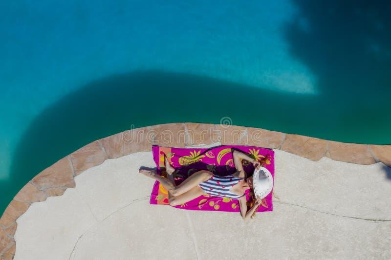 Um modelo moreno bonito Enjoys Her Holiday do roupa de banho na associação imagem de stock