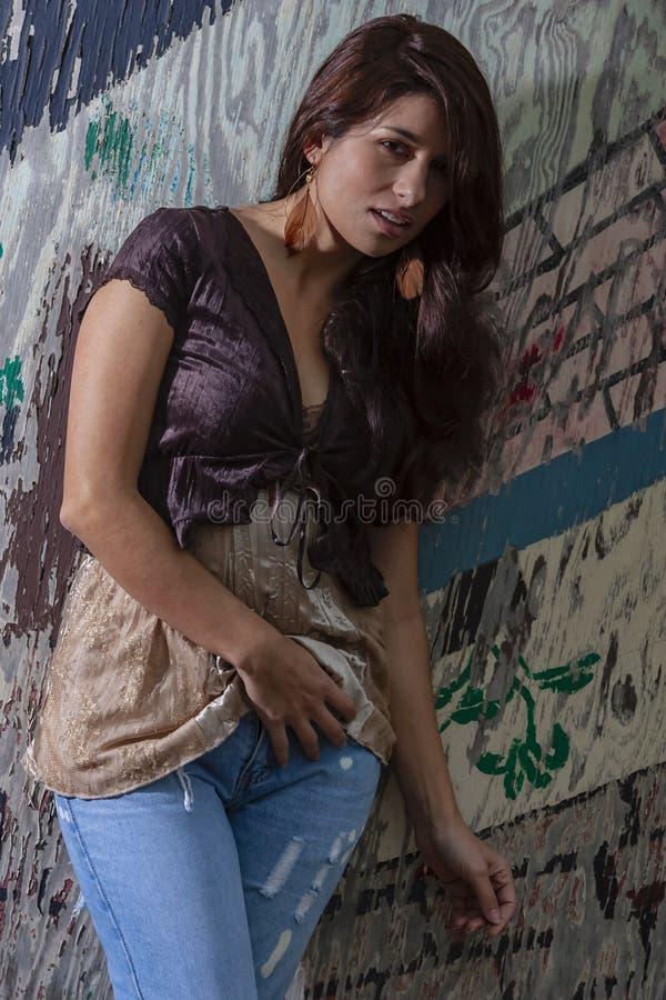 Um modelo moreno bonito Posing Outdoors With as formas as mais atrasadas foto de stock royalty free