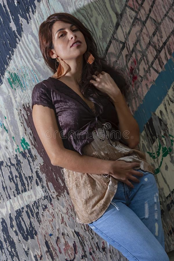 Um modelo moreno bonito Posing Outdoors With as formas as mais atrasadas fotos de stock royalty free