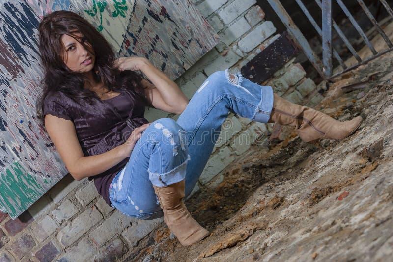 Um modelo moreno bonito Posing Outdoors With as formas as mais atrasadas fotografia de stock royalty free