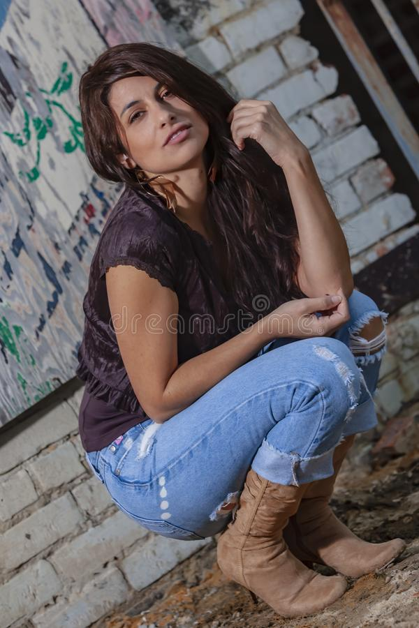 Um modelo moreno bonito Posing Outdoors With as formas as mais atrasadas imagens de stock