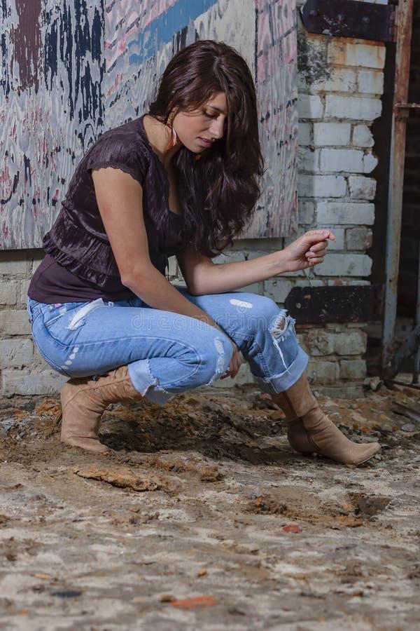 Um modelo moreno bonito Posing Outdoors With as formas as mais atrasadas fotografia de stock