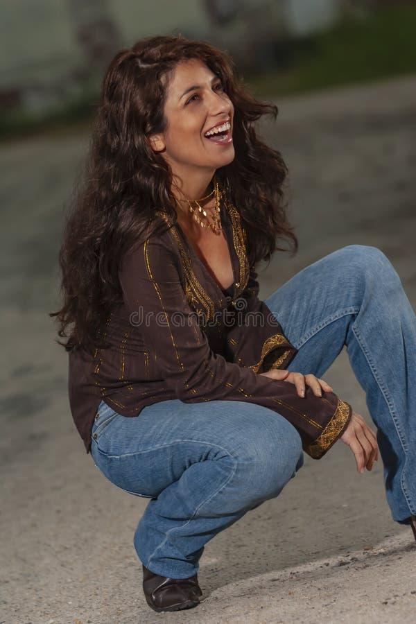 Um modelo moreno bonito Posing Outdoors With as formas as mais atrasadas fotos de stock