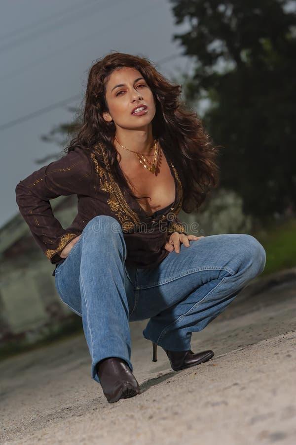 Um modelo moreno bonito Posing Outdoors With as formas as mais atrasadas foto de stock