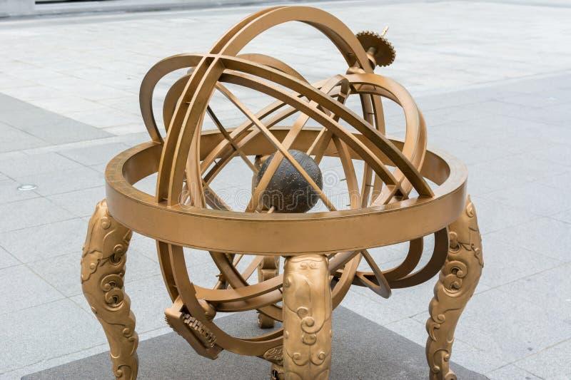 Um modelo rmillary da esfera no quadrado de Gwanghwamun foto de stock royalty free