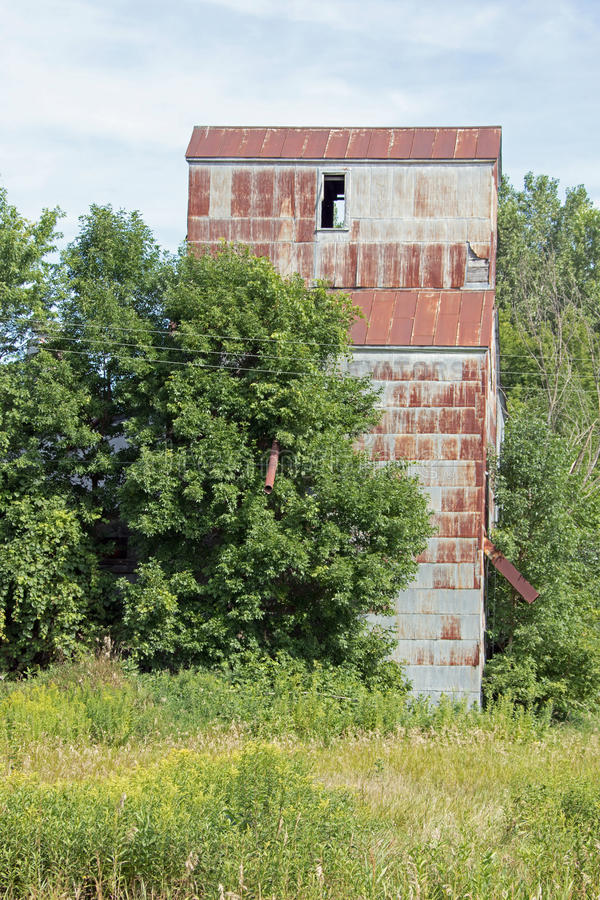 Um moinho abandonado de elevador e de alimentação de grão fotografia de stock royalty free