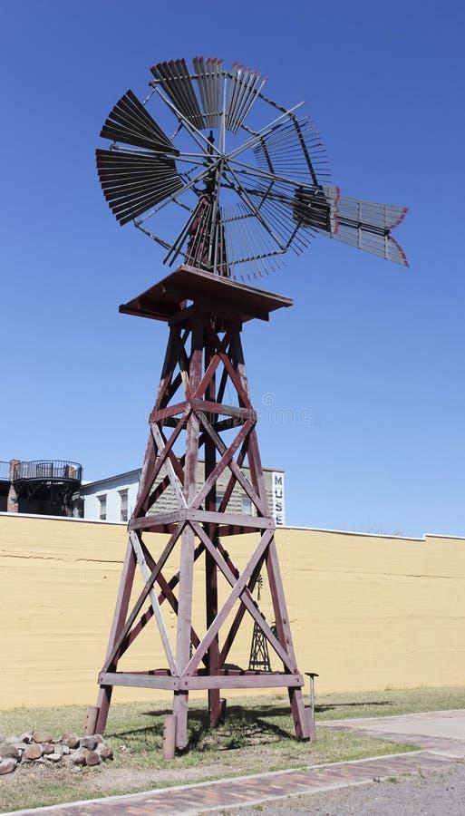 Um moinho de vento americano do vintage, ou motor de vento foto de stock royalty free