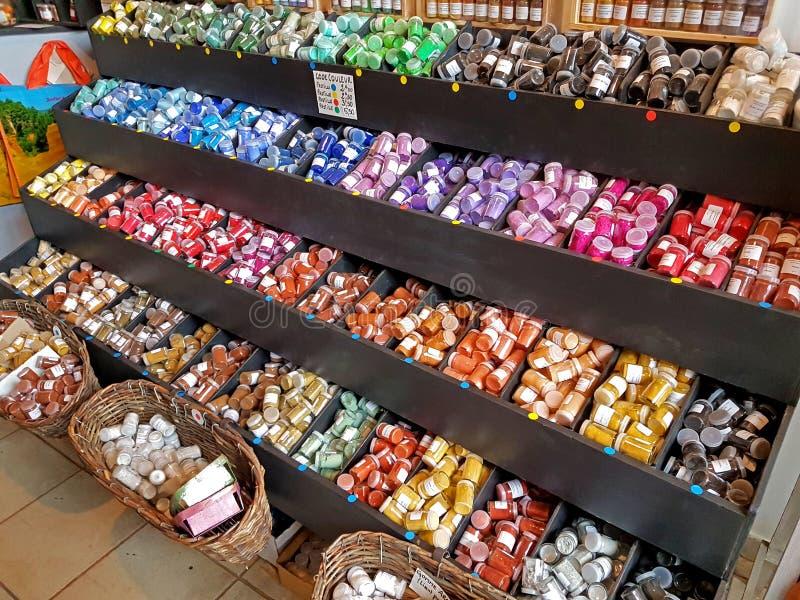 Um moinho de vento dos frascos de pigmentos coloridos de todas as cores do arco-íris Arte Material para a decoração Esquema de co foto de stock royalty free
