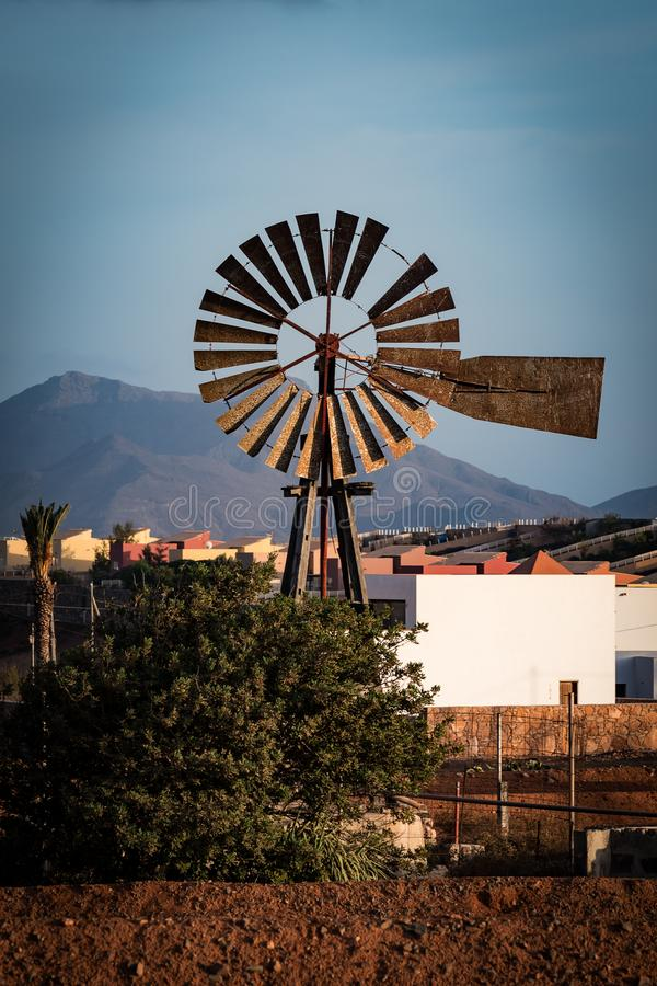 Um moinho de vento feito do metal foto de stock royalty free
