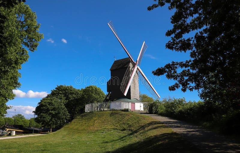 Um moinho de vento situado na cidade de Bruges, Bélgica fotos de stock royalty free