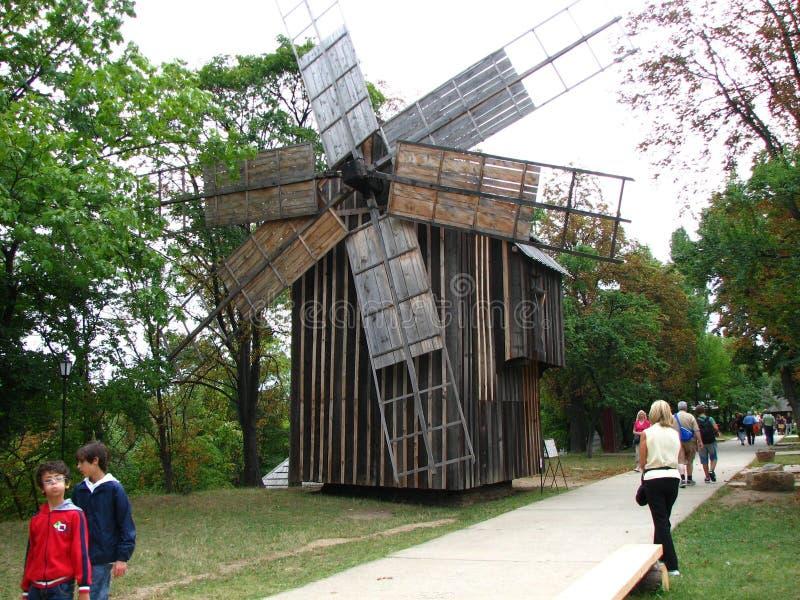 Um moinho de vento velho fotografia de stock