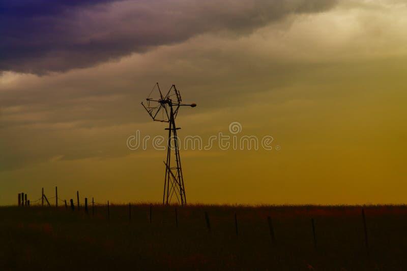 Um moinho de vento velho em Montana fotografia de stock royalty free