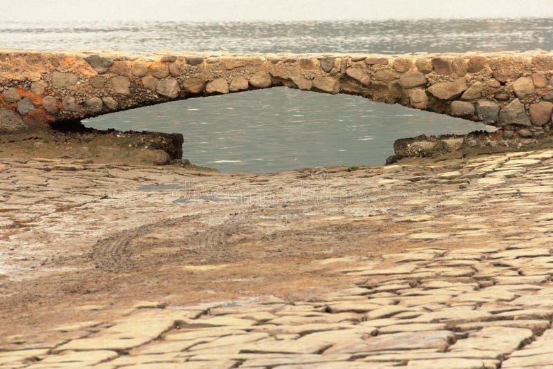 Um molhe de pedra furado em paraty, Brasil imagem de stock