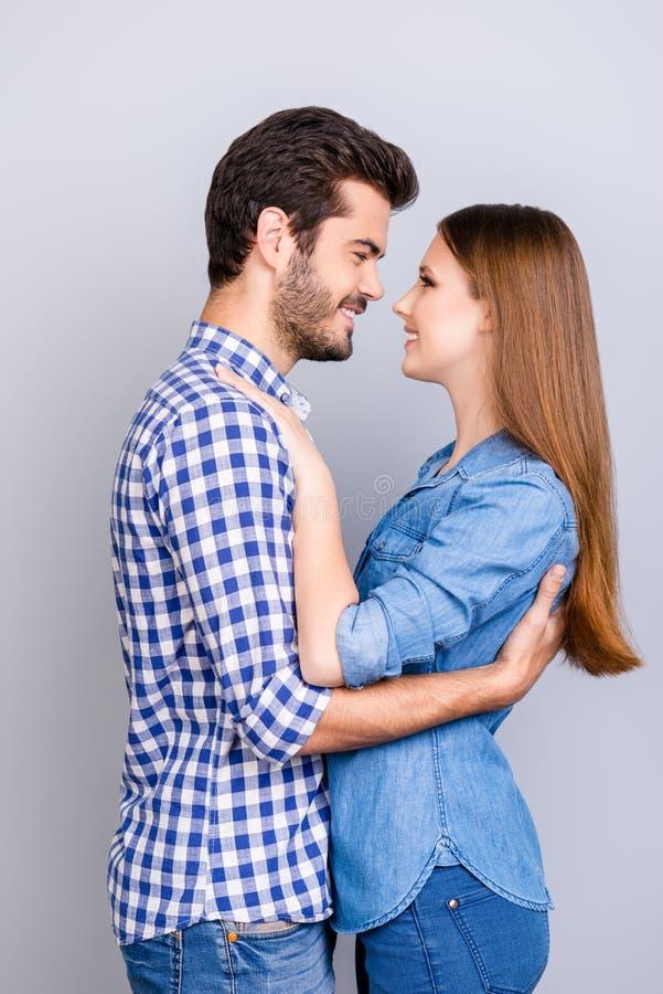 Um momento antes do beijo O par novo feliz no amor está abraçando e imagem de stock