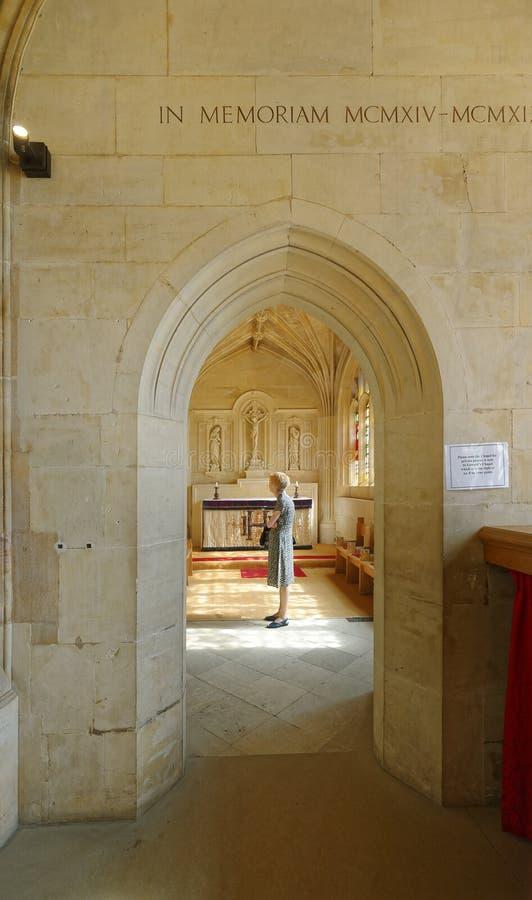 Um momento de pray Interior da capela do Kings College imagens de stock
