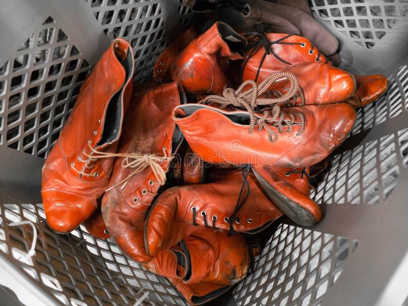 Um montão de sapatas velhas vermelhas das senhoras do vintage fotos de stock royalty free