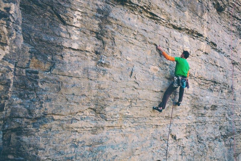 Um montanhista de rocha em uma rocha imagem de stock royalty free