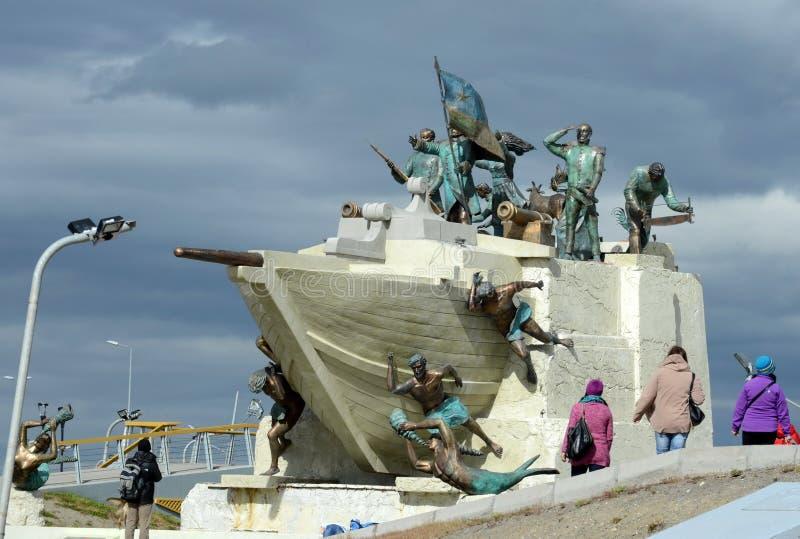 Um monumento à cidade pioneira de arenas de Punta, chegada no ` de Ancud do ` da escuna fotografia de stock royalty free