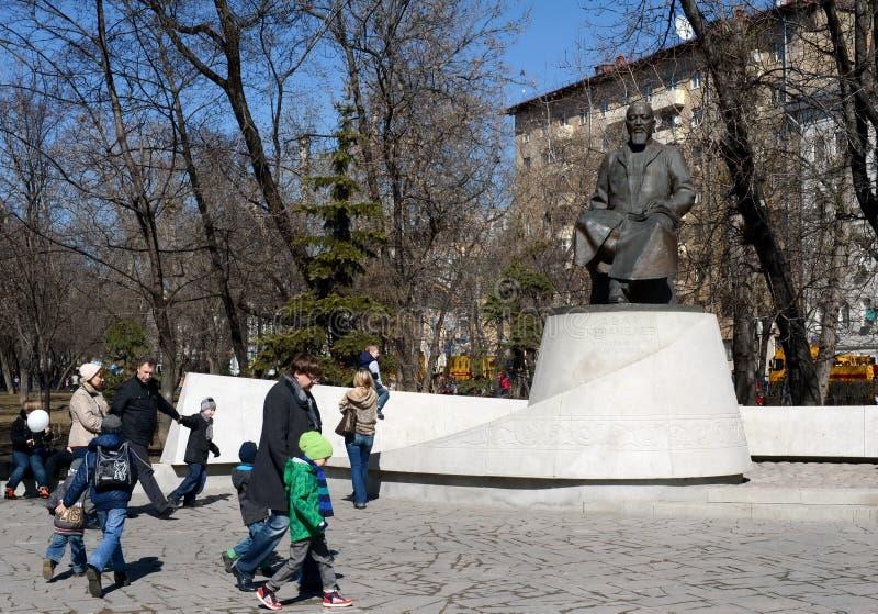 Um monumento ao poeta Abai Kunanbayev do Cazaque no bulevar de Chistoprudny de Moscou fotografia de stock