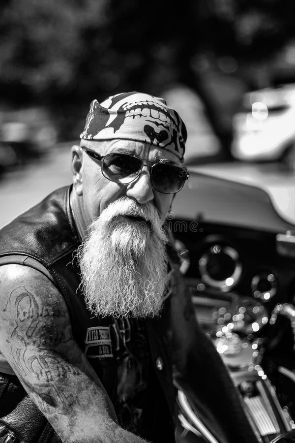 Um motociclista áspero e envelhecido fotografia de stock royalty free
