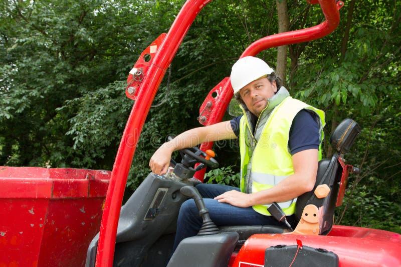 um motorista da escavadora com capacete e sua segurança investem imagem de stock royalty free