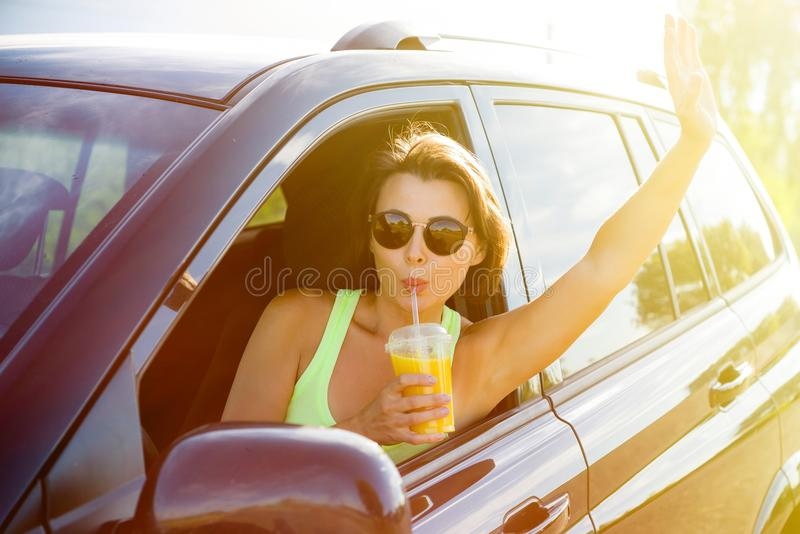 Um motorista feliz da mulher para para relaxar, aprecia a viagem, bebida ou fotos de stock royalty free