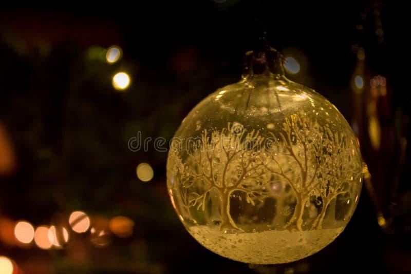 Um mundo do inverno dentro da bola do Natal foto de stock