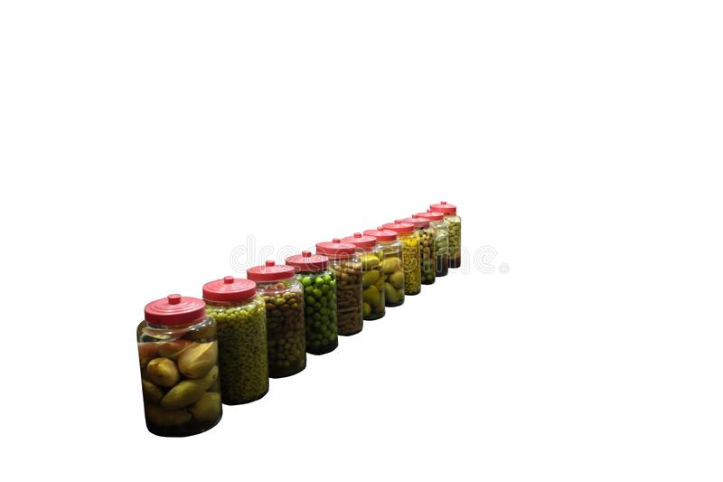 Um número de latas com fruto enlatado Frutos tropicais em umas latas Fundo branco isolado foto de stock