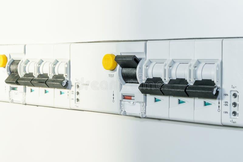 Um número interruptores automáticos e de interruptores diferenciais fotos de stock royalty free