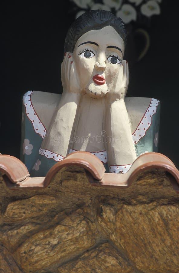 Um Namoradeira, amante que seraching a menina de madeira, em uma janela de Tirad foto de stock